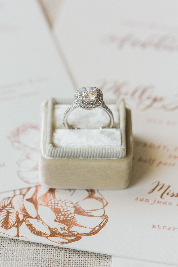 Gorgeous diamond engagement ring! Photography : Koman Photography Read More on S...