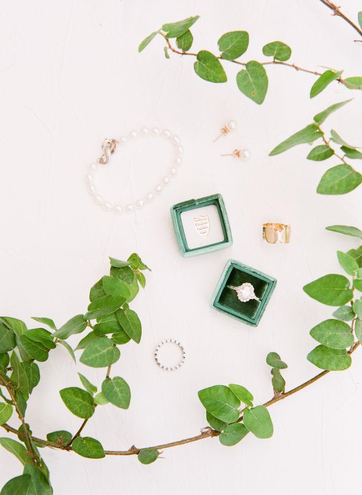 Emerald engagement ring | Photography: The Happy Bloom - www.thehappybloom......