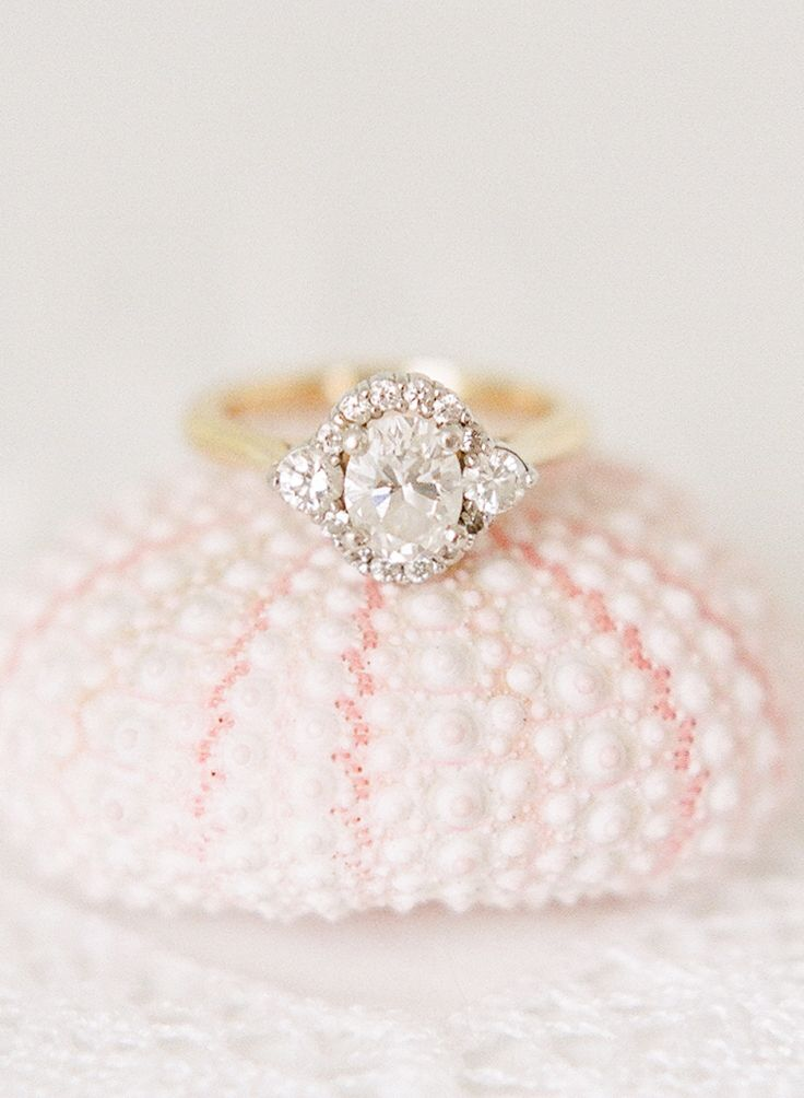 Hello engagement ring trends! Photography : Rebecca Yale Photography | Rings : L...