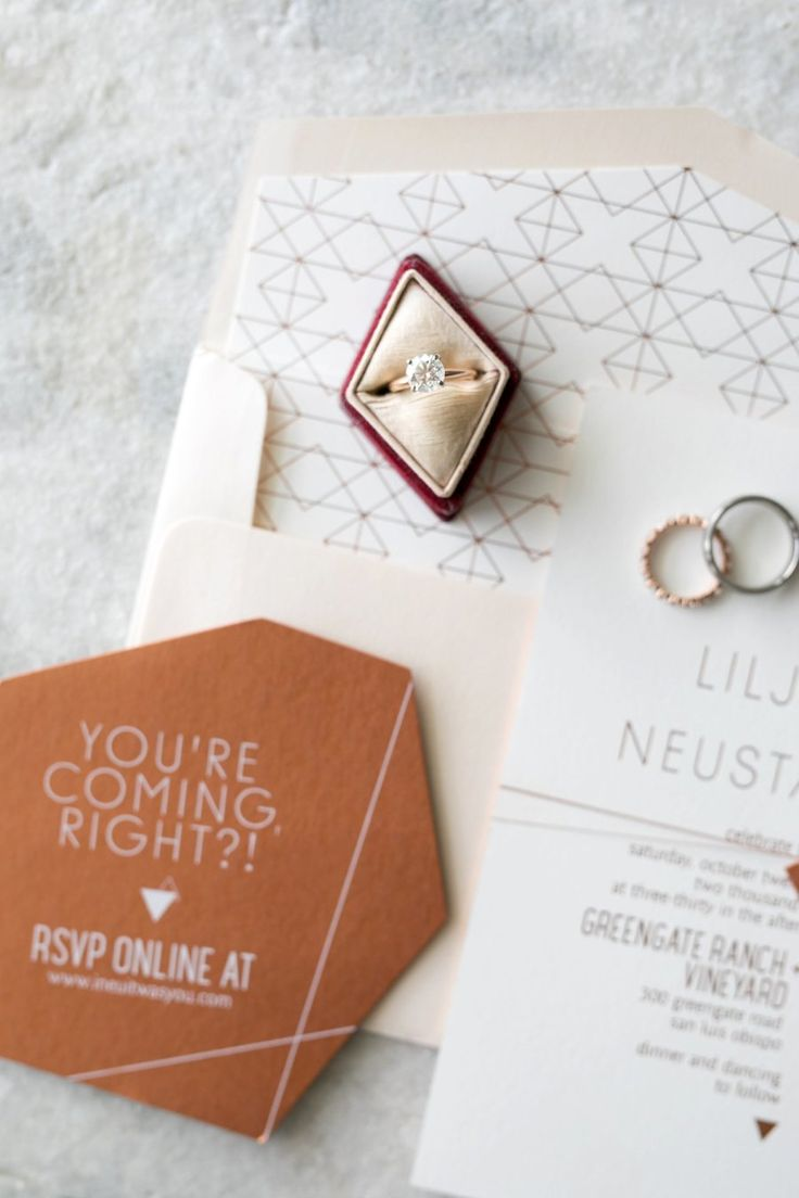Round-cut engagement ring: Photography : Anna Delores Photography Read More on S...
