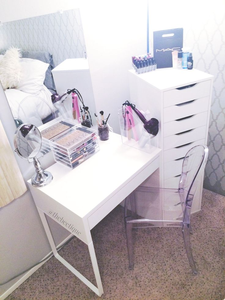 This is the simplest vanity I've seen yet and it's seriously perfect ♥