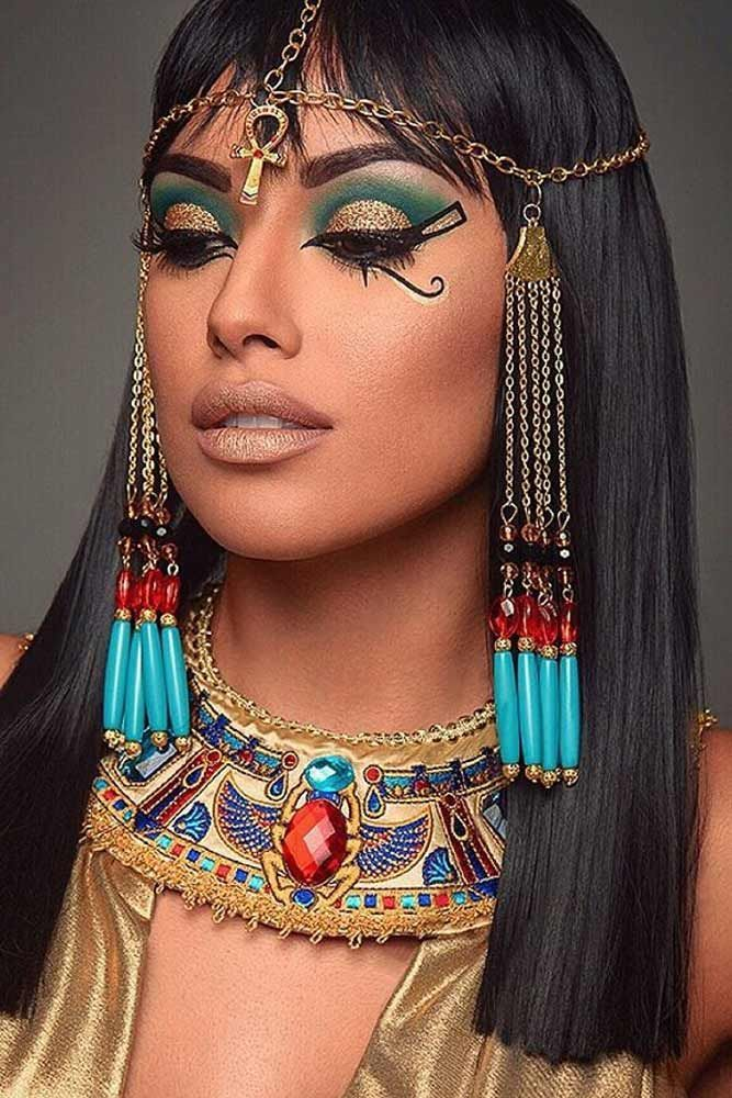 We have picked some beautiful Halloween makeup ideas that can fit your costume.