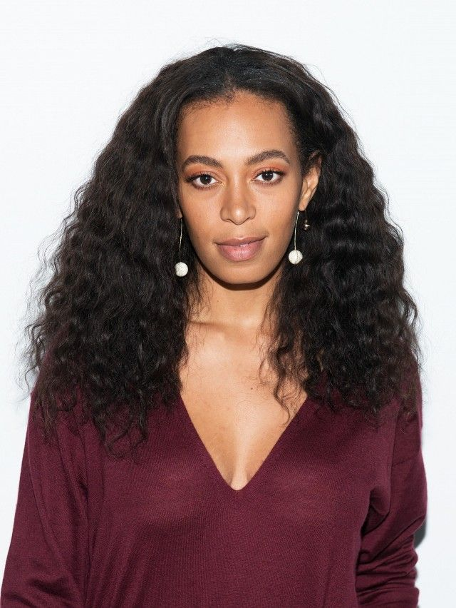 Solange Knowles looks perfect with her curly hair and natural makeup look