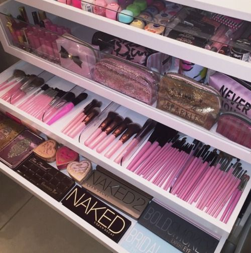 Wow! Need to get my makeup drawers more organised. Love the brushes here...