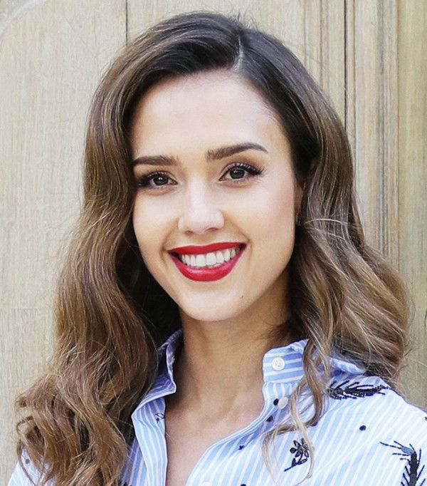Jessica Alba '50s-inspired beauty look features a deep side part and big cur...