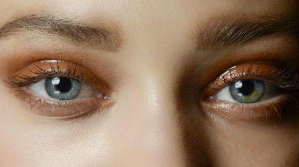 How to get the glossy eye look (spoiler: it's very hard) #glossy #eyeshadow #tut...