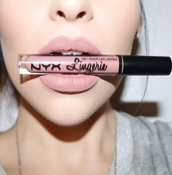 This ultra-long wearing lip liner has a creamy texture that glides across the li...