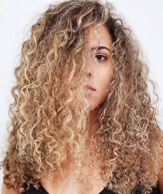 curly hair blonde ombré