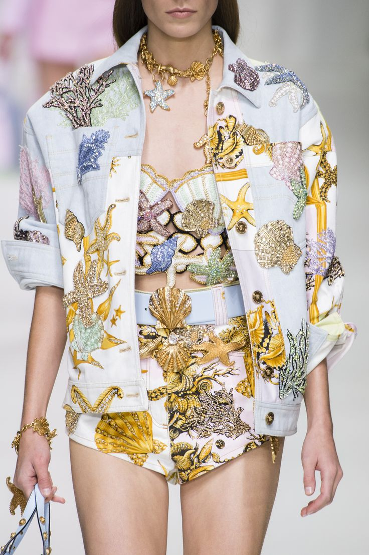 Versace Spring 2018 Fashion Show Details, The Best of Milan Runway from TheImpre...