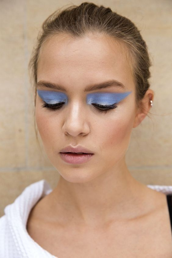 Josephine Skriver rocks a baby blue eyeshadow.. and it totally suits her!