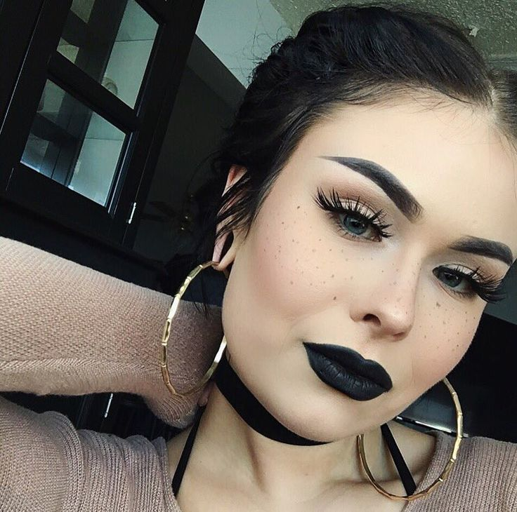 Usually don't like dark makeup like this, but something about this pic I act...